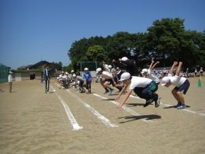 立ち幅跳びの練習をする5年生(10:20)