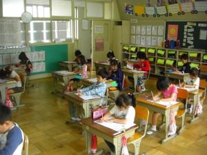 国語のワークテストを解く子どもたち(8:40)