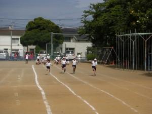 50m走 ゴールを目指して走る5年生の子どもたち(15:00)