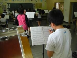 先生のアドバイスを,すぐに楽譜に書き込んでいます。(13:20)