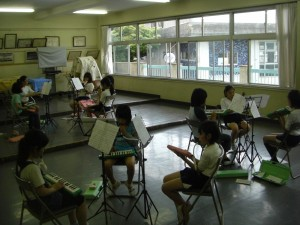 グループ毎に練習を進めるミュージッククラブの子どもたち(15:25)
