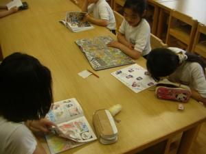 色紙にメッセージを書き込む図書クラブの子どもたち(15:30)