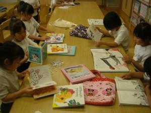 いろいろな本を読む子どもたち(14:15)