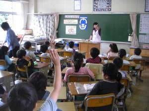 先生の質問に挙手をする2年生(11:35)
