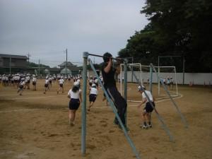 子どもたちとともに・・・本校職員も懸垂にチャレンジ!・・・(10:25)