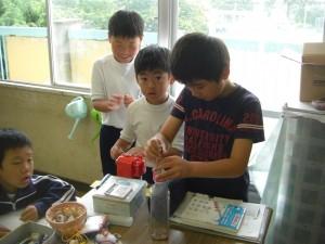 2校時のテストに備え,鉛筆を削る子どもたち(9:20)