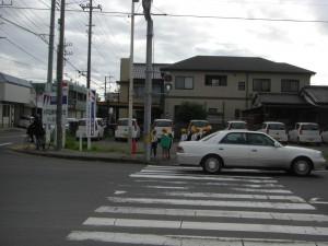 歩行者用信号が青になっても通行する車(7:35)