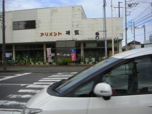歩行者用信号が青になっても通行する車・・・とても残念なことですが後部座席には本校児童が乗車していました・・・(7:45)