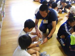 先生にアドバイスを受けながらペアで学習をする子どもたち(8:55)