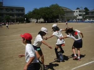 一輪車で遊ぶ子どもたち(13:20)
