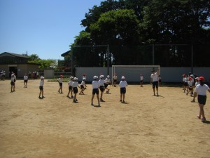 先生といっしょにサッカーをする4年生(13:25)