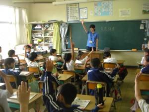 「私が小学生の時読んだ本,みなさん読んだことがありますか」の問いに,たくさんの子どもたちが手を挙げました。(8:20)