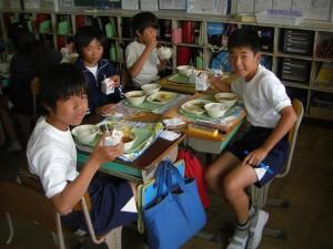楽しい雰囲気の下 会食をする子どもたち(12:25)