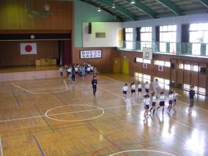 ステップの練習をするバトンクラブの子どもたち(13:10)