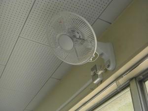 各教室に扇風機が2台ずつ設置されました。(15:10)