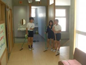清掃をする6年生の子どもたち(13:35)