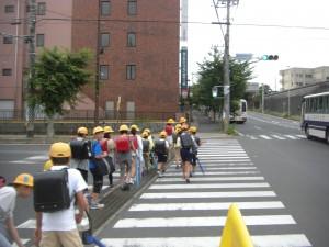 鹿島高校北交差点付近 学校へと向かう子どもたち(7:35)
