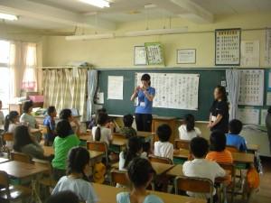 担任の先生も手話で自己紹介をしました。(11:00)