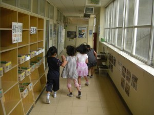 理科室へ急ぐ子どもたち(13:05)