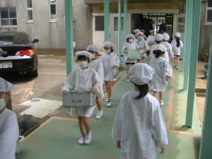 給食の運搬をする2年生の子どもたち(12:15)