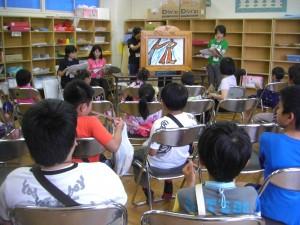 1,2年担当職員による紙芝居を楽しむ子どもたち(17:10)