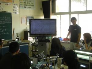 上手に描けた本校職員のスケッチを例に,実物投影機の活用法について説明がありました。(14:00)