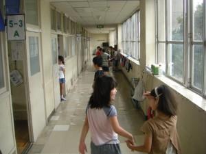 登校し,「学びの広場」が始まるのを待つ子どもたち(8:10)