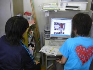 動画ファイルを活用しながら,自主研修を進める2学年担当職員(10:40)