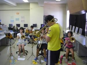 先生の模範演奏に合わせてトロンボーンの演奏をする子どもたち(9:40)