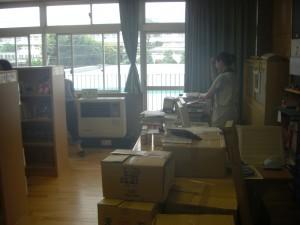 気温が34度を超える中,学校図書館では蔵書点検が進められています。(13:10)