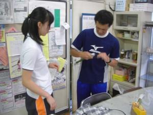 実験道具を製作する本校職員(17:20)