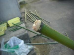 竹の節の出っ張っている部分を電動のこぎりで,きれいに切り取りました(17:30)