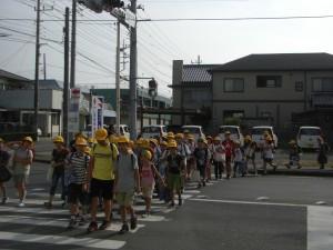 鹿島小前交差点を渡って 学校へ向かう子どもたち(7:45)