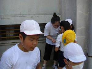 作り方について,ゲストティーチャーの先生に尋ねる子どもたち(9:40)