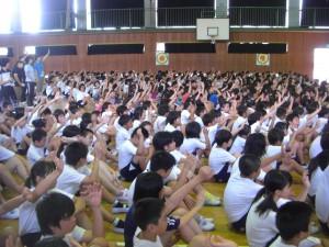 「今朝 ご飯を食べた人は?」校長先生の問いに,ほとんどの子どもたちが挙手をしました。(8:15)