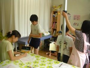 身体測定をする5年生の子どもたち(10:40)