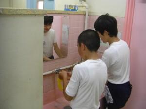 手洗い用せっけんを補充する保健委員のみなさん(15:30)