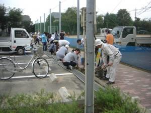 駐車場側溝の泥あげ作業(7:40)