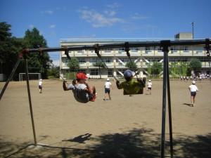 ブランコで遊ぶ子どもたち(10:25)