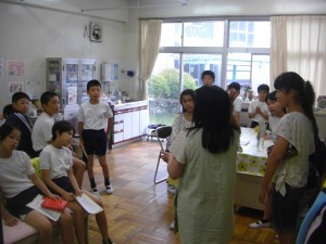 養護教諭の先生のお話を聞く保健委員会の子どもたち(8:05)