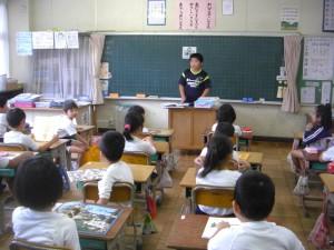 2年生の教室で清潔検査を行っています。みなさん,きちんと爪を切っていますね。(8:10)