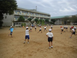 子どもたちと先生で考えた遊び「TAKA-SAN」(ドッジボールの発展形のゲーム)を行うオールシーズンスポーツクラブのみなさん(15:30)