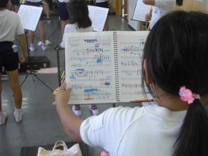 楽譜を見ると・・・先生からのアドバイスの書き込みがびっしりと・・・(13:20)