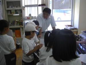 教頭先生にインタビューをする子どもたち(13:00)