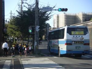鹿島高北交差点を横断し,学校へと向かう子どもたち(7:35)