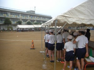 朝の準備では,にわか雨にみまわれ,一時テントに待機しました。(7:30)