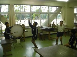 熱心に応援練習をする子どもたち(13:10)
