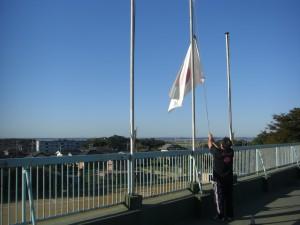 国旗を掲揚する教頭先生(7:10)