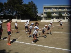 6年生の合図で,スタートダッシュの練習をする選手たち(10:25)