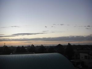 屋上から見た東の空 次第に明るくなってきました。(5:10)